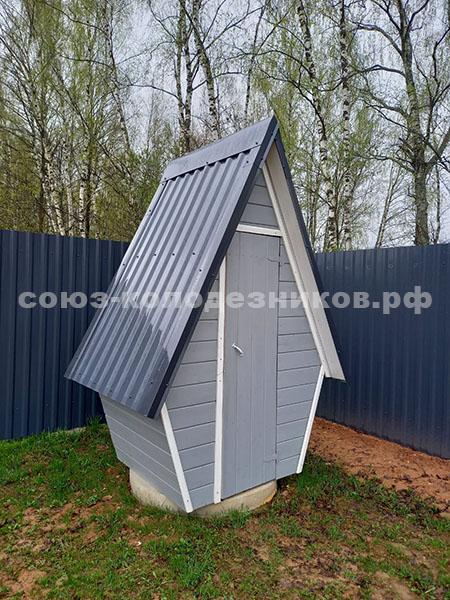 Деревянный туалет для дачи с металлопрофнастил