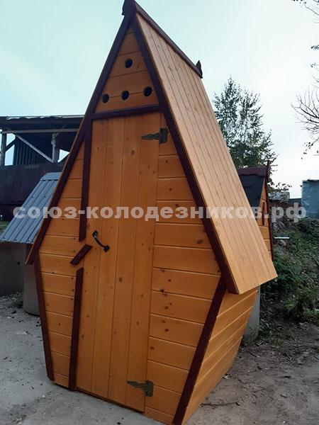 Деревянный туалет для дачи домиком